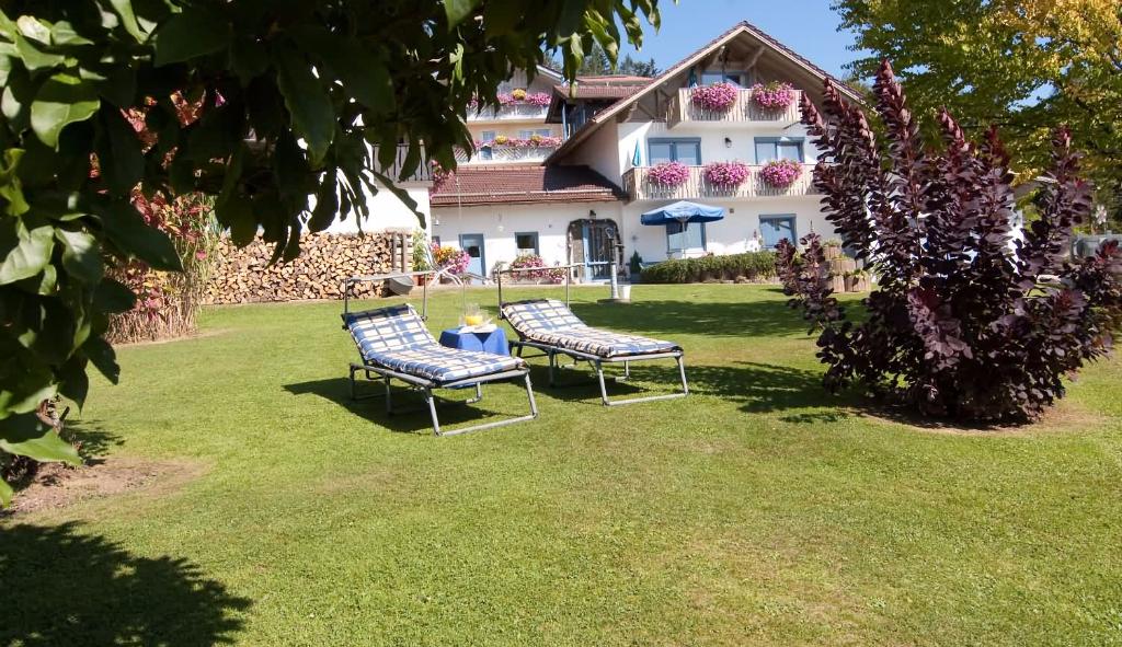 Ferienhaus Bergwald, Bodenmais - Garten und Liegewiese