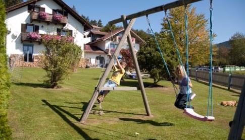 Ferienhaus Bergwald, Bodenmais - Schaukeln und Rutsche